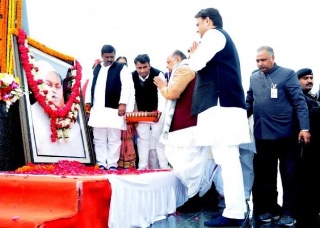 मुख्यमंत्री श्री अखिलेश यादव व पूर्व रक्षा मंत्री 22 जनवरी, 2016 को जनेश्वर मिश्र पार्क में स्व0 जनेश्वर मिश्र की पुण्यतिथि पर पुष्पांजलि अर्पित करते हुए।
