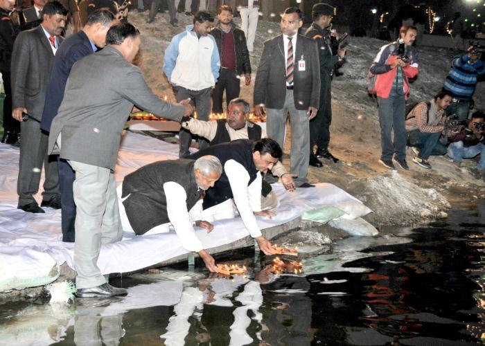 उत्तर प्रदेश के मुख्यमंत्री श्री अखिलेश यादव 30 जनवरी, 2016 को गोमती तट पर दीपदान करते हुए।