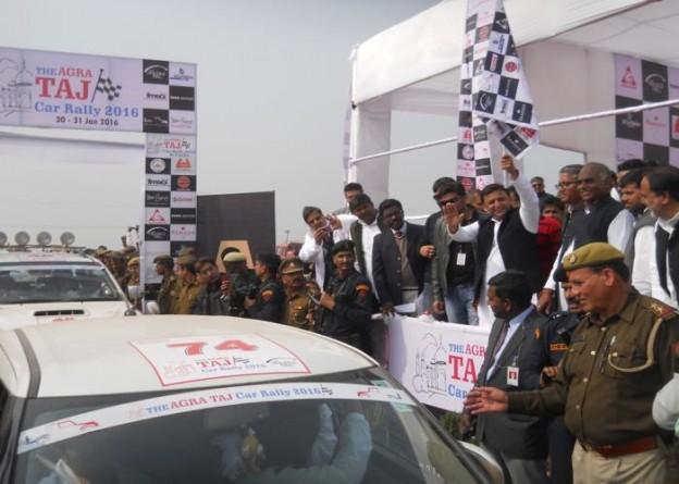 मुख्यमंत्री श्री अखिलेश यादव 31 जनवरी, 2016 को जनपद फिरोजाबाद में आगरा लखनऊ एक्सप्रेसवे पर 'आगरा ताज कार रैली 2016' को फ्लैग आॅफ करते हुए।