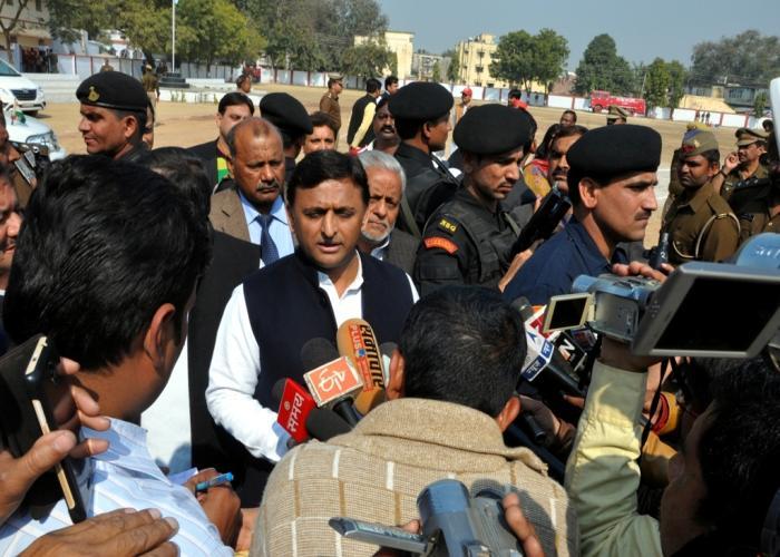 मुख्यमंत्री श्री अखिलेश यादव 5 फरवरी, 2016 को जनपद उन्नाव में एक मांगलिक कार्यक्रम में सम्मिलित होने के बाद प्रेस प्रतिनिधियों से वार्ता करते हुए।