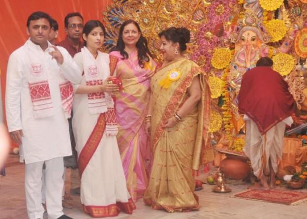 01 अक्टूबर, 2014 को बंगाली क्लब, लखनऊ में उत्तर प्रदेश के मुख्यमंत्री श्री अखिलेश यादव दुर्गा पूजा के अवसर पर। साथ में हैं, सांसद श्रीमती डिम्पल यादव।