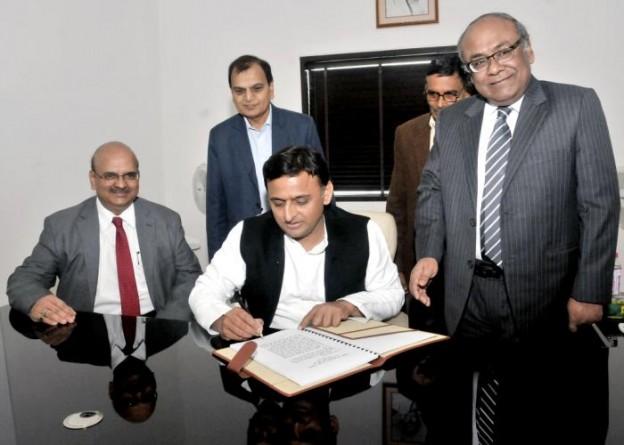 मुख्यमंत्री श्री अखिलेश यादव 11 फरवरी, 2016 को विधान भवन, लखनऊ स्थित अपने कार्यालय में वर्ष 2016-2017 के बजट को अन्तिम रूप देते हुए।