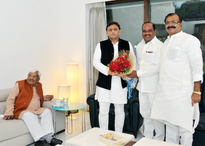 मुख्यमंत्री श्री अखिलेश यादव से 08 फरवरी, 2016 को पूर्व मंत्री श्री जे0 चितरंजन दास मुलाकात करते हुए, साथ में हैं श्री उदय प्रताप सिंह।