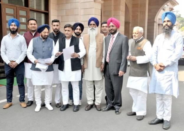 मुख्यमंत्री से 18 फरवरी, 2016 को रिहा किए गए वयोवृद्ध कैदी श्री वरियाम सिंह की रिहाई के लिए आभार व्यक्त करने आए सिख प्रतिनिधिमण्डल के साथ।