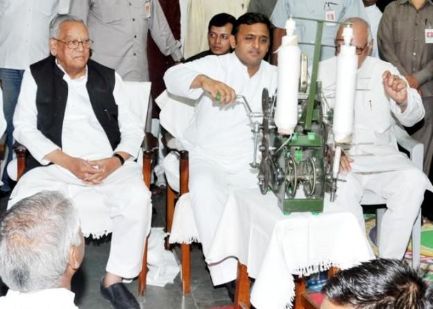 2 अक्टूबर, 2014 को गांधी जयंती के अवसर पर क्षेत्रीय श्री गांधी आश्रम, हजरतगंज, लखनऊ में मुख्यमंत्री श्री अखिलेश यादव चरखा कातते हुए।