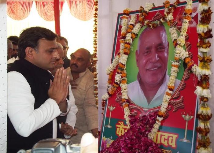 मुख्यमंत्री श्री अखिलेश यादव 22 फरवरी, 2016 को जनपद गाजीपुर में पंचायती राज मंत्री स्व0 कैलाश यादव के त्रयोदश संस्कार पर श्रद्धांजलि देते हुए।