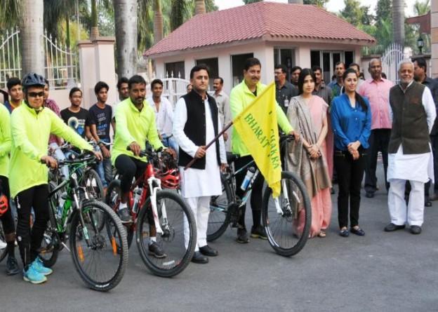 उत्तर प्रदेश के मुख्यमंत्री श्री अखिलेश यादव 26 फरवरी, 2016 को अपने सरकारी आवास से 'योग चक्र साइक्लोथान' को झण्डी दिखाकर रवाना करते हुए।