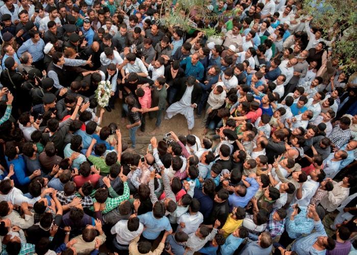 उत्तर प्रदेश के मुख्यमंत्री श्री अखिलेश यादव ने मौलाना मिजऱ्ा मोहम्मद अतहर की कब्र पर पुष्पचक्र चढ़ाकर अपनी हार्दिक श्रद्धांजलि अर्पित की