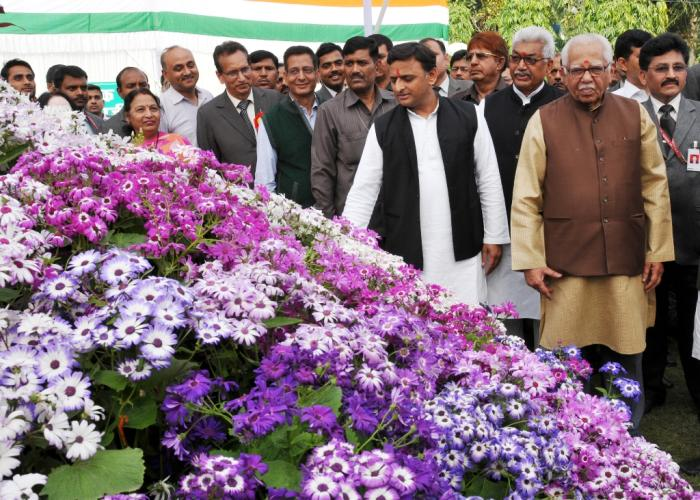उत्तर प्रदेश के श्री राम नाईक तथा मुख्यमंत्री श्री अखिलेश यादव 27 फरवरी, 2016 को आयोजित प्रादेशिक फल, शाकभाजी एवं पुष्प प्रदर्शनी2016 का अवलोकन करते हुए।
