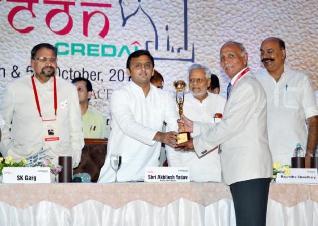 4 अक्टूबर, 2014 को आगरा में उत्तर प्रदेश के मुख्यमंत्री श्री अखिलेश यादव रियल इस्टेट आर्गनाइजेशन के पदाधिकारियों को एवार्ड प्रदान करते हुए।