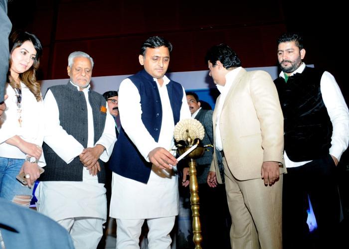 मुख्यमंत्री श्री अखिलेश 29 फरवरी, 2016 को लखनऊ में 'समाचार प्लस' द्वारा शुरू किए गए 'इण्डियाज़ पेपर' न्यूज़ नेटवर्क का शुभारम्भ करते हुए।
