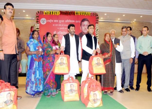 मुख्यमंत्री श्री अखिलेश यादव 1 मार्च, 2016 को अपने सरकारी आवास पर उत्तर प्रदेश में 'खाद्य सुरक्षा अधिनियम2013' का शुभारम्भ करते हुए।