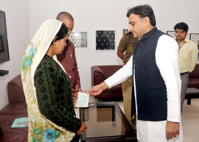 मुख्यमंत्री श्री अखिलेश यादव 2 मार्च, 2016 को लखनऊ में एक निर्माणाधीन भवन में मृत मजदूर के परिजनों को 10 लाख रु0 की आर्थिक सहायता का चेक प्रदान करते हुए।