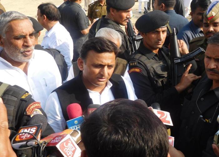 उत्तर प्रदेश के मुख्यमंत्री श्री अखिलेश यादव 2 मार्च, 2016 को जनपद जौनपुर में मीडिया प्रतिनिधियों से वार्ता करते हुए।