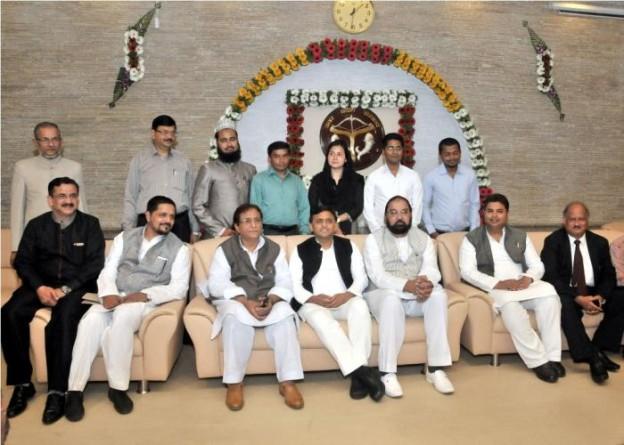 मुख्यमंत्री श्री अखिलेश यादव 5 मार्च, 2016 को 'रफ़ीक़ुल मुल्क़ मुलायम सिंह यादव उर्दू IAS स्टडी सेण्टर' के UPPSC की लोअर प्रिलिम्स परीक्षा के सफल छात्रों के साथ।