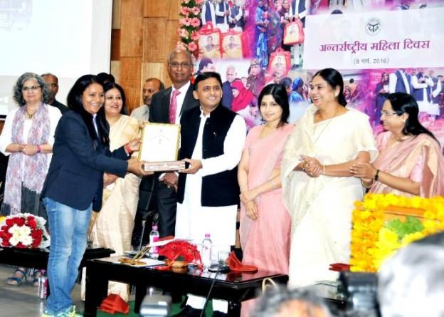 उत्तर प्रदेश के मुख्यमंत्री श्री अखिलेश यादव 8 मार्च, 2016 को अन्तर्राष्ट्रीय महिला दिवस के अवसर पर एक महिला को सम्मानित करते हुए।