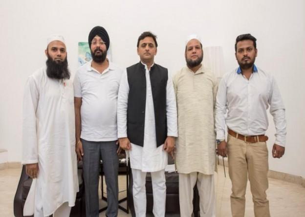 मुख्यमंत्री श्री अखिलेश यादव से 16 मार्च, 2016 को विगत दिनों अमीनाबाद की मुमताज मार्केट में लगी भीषण आग से क्षतिग्रस्त हुई दुकानों के मालिकों ने मुलाकात की।