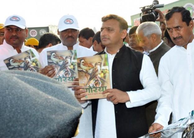 मुख्यमंत्री श्री अखिलेश यादव 20 मार्च, 2016 को गौरैया संरक्षण के लिए 'विश्व गौरैया दिवस' कार्यक्रम के दौरान 'प्यारी गौरैया' नामक पुस्तक का विमोचन करते हुए।