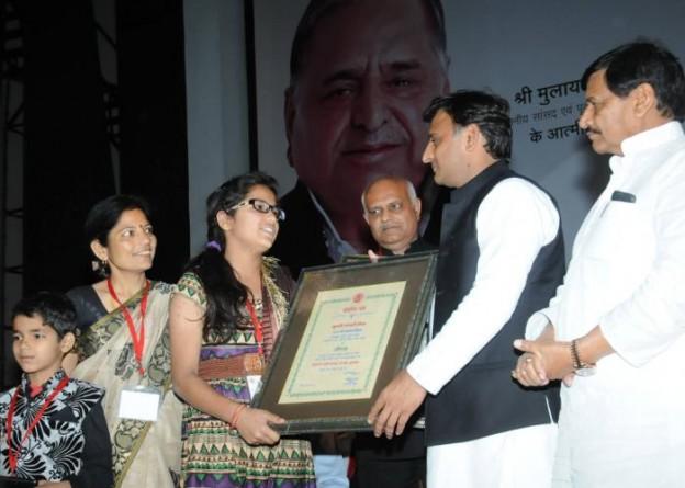 मुख्यमंत्री श्री अखिलेश यादव 21 मार्च, 2016 को लखनऊ में कुमारी अंजली मिश्रा को अहिल्याबाई होल्कर पुरस्कार प्रदान करते हुए।