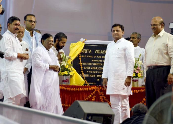 मुख्यमंत्री श्री अखिलेश यादव 10 अप्रैल, 2016 को लखनऊ में माता अमृतानन्दमयी मठ द्वारा स्थापित 'अमृता विद्यालयम' के उद्घाटन के उपरान्त।