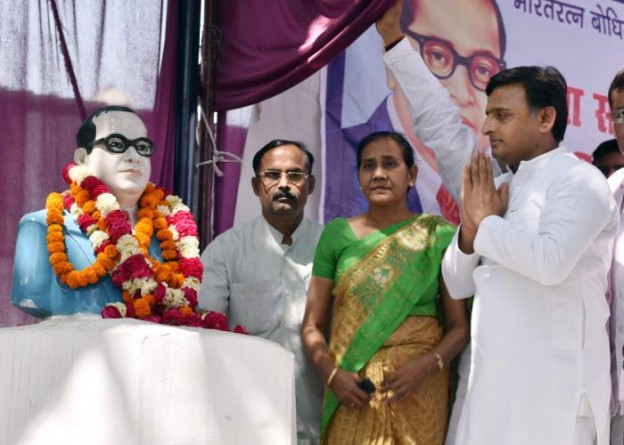 मुख्यमंत्री श्री अखिलेश यादव 14 अप्रैल, 2016 को लखनऊ में बाबा साहब डाॅ0 भीमराव अम्बेडकर की 125वीं जयन्ती के अवसर पर उन्हें श्रद्धांजलि देते हुए।