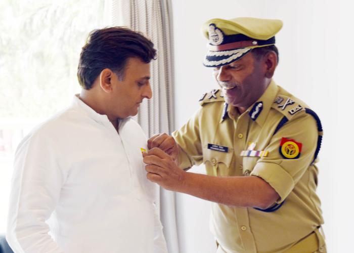 राष्ट्रीय अग्निशमन सेवा दिवस पर 14 अप्रैल, 2016 को लखनऊ में मुख्यमंत्री श्री अखिलेश यादव को पुलिस महानिदेशक अग्निशमन सेवा का स्टिकर लगाते हुए।