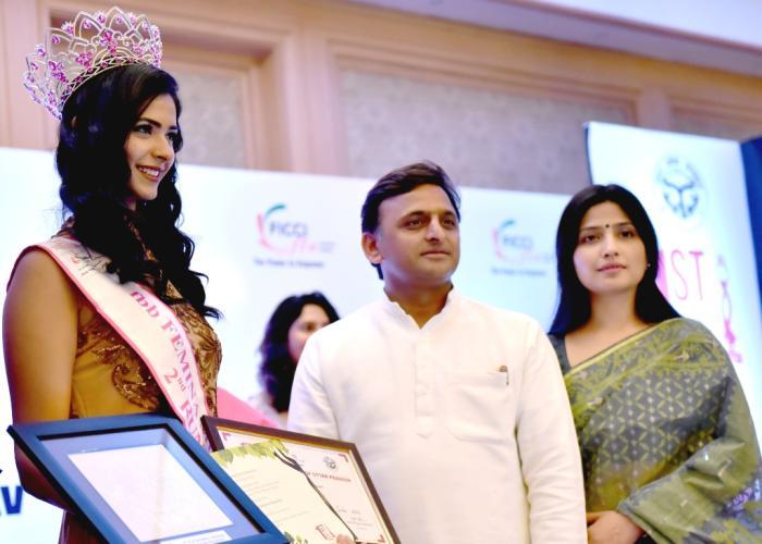 मुख्यमंत्री श्री अखिलेश यादव 30 अप्रैल, 2016 को कार्यक्रम में फेमिना मिस इण्डिया2016 की द्वितीय रनरअप सुश्री पंखुड़ी गिडवानी को पुरस्कृत करते हुए।