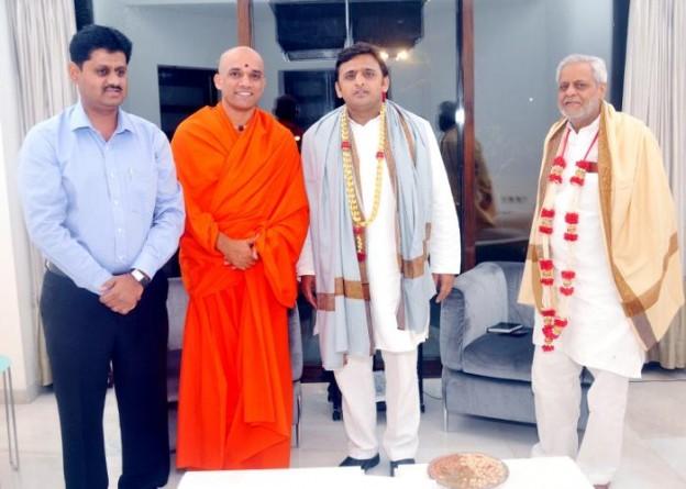 17 अक्टूबर, 2014 को माण्ड्या, कर्नाटक के श्री आदिचुनचानागिरी स्वामी जी ने उत्तर प्रदेश के मुख्यमंत्री श्री अखिलेश यादव से भेंट की।