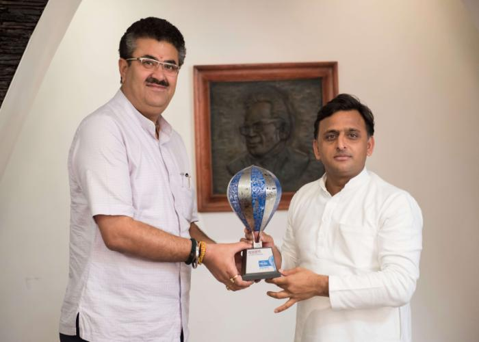 उत्तर प्रदेश के मुख्यमंत्री श्री अखिलेश यादव को 10 मई, 2016 को प्रमुख सचिव पर्यटन 'लोनली प्लेनेट संस्था' द्वारा 'बेस्ट इण्डियन डेस्टिनेशन फाॅर कल्चर' अवाॅर्ड की ट्राॅफी भेंट करते हुए।