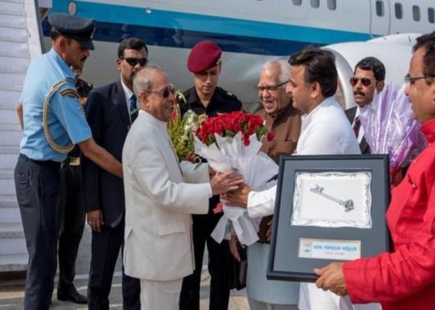 भारत के राष्ट्रपति श्री प्रणब मुखर्जी का 12 मई, 2016 को उत्तर प्रदेश के राज्यपाल श्री राम नाईक एवं मुख्यमंत्री श्री अखिलेश यादव वाराणसी के लाल बहादुर शास्त्री हवाई अड्डे पर स्वागत करते हुए।