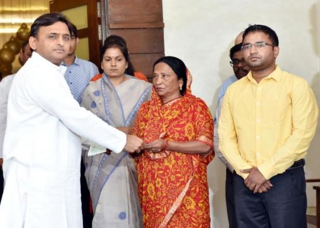 मुख्यमंत्री श्री अखिलेश यादव 18 मई, 2016 को दैनिक आज के पूर्व ब्यूरो चीफ स्व0 एन0 यादव की पत्नी को आर्थिक मदद के रूपमें 20 लाख रुपए का चेक प्रदान करते हुए।