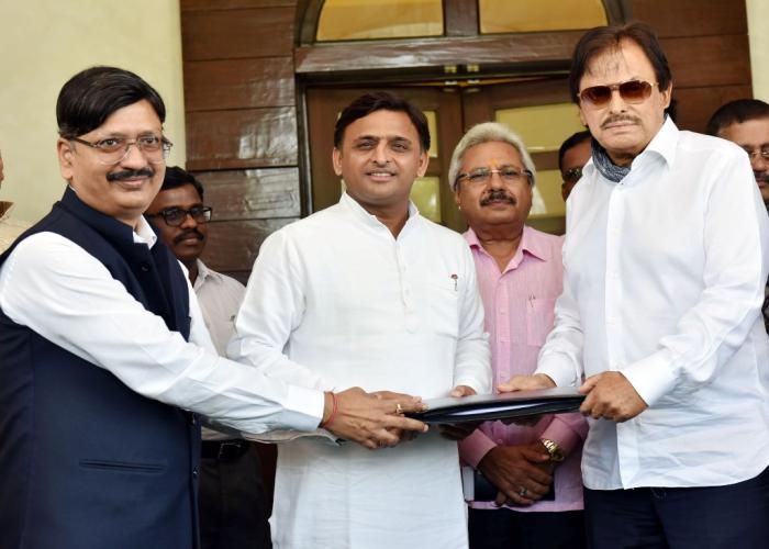 मुख्यमंत्री श्री अखिलेश यादव के समक्ष 18 मई, 2016 को आगरा थीम पार्क परियोजना के सम्बन्ध में यूपीएसआईडीसी एवं किंगडम कम्पनी के मध्य एकएम0ओ0यू0 पर हस्ताक्षर किए गए।