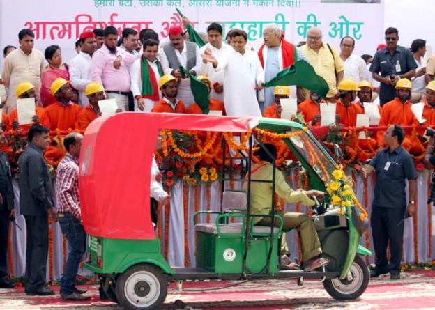 मुख्यमंत्री श्री अखिलेश यादव 23 मई, 2016 को जनपद बरेली में निःशुल्क ईरिक्शा वितरण योजना के अन्तर्गत लाभार्थियों को हरी झण्डी दिखाकर रवाना करते हुए।