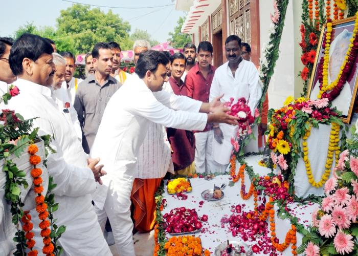 17 अक्टूबर, 2014 को उन्नाव के ग्राम मांखी में उत्तर प्रदेश के मुख्यमंत्री श्री अखिलेश यादव विधायक की स्व0 माताजी के चित्र पर फूलमाला अर्पित श्रद्धांजलि देते हुए।