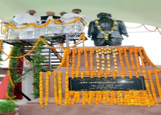 उत्तर प्रदेश के मुख्यमंत्री श्री अखिलेश यादव 12 जून, 2016 को जनपद अम्बेडकर नगर में नवनिर्मित 'लोहिया भवन' में डाॅ0 राम मनोहर लोहिया की प्रतिमा का अनावरण और माल्यार्पण किया।