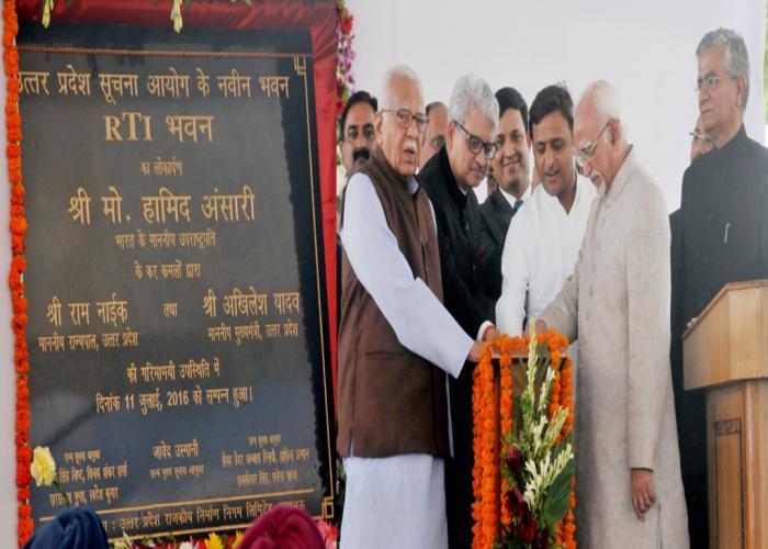 उपराष्ट्रपति मो0 हामिद अंसारी, राज्यपाल राम नाईक एवं मुख्यमंत्री अखिलेश यादव 11 जुलाई, 2016 को लखनऊ में 'आर0टी0आई0 भवन' का लोकार्पण करते हुए।