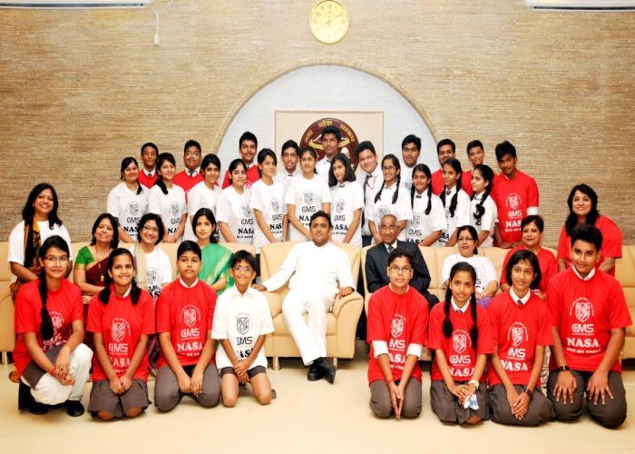 21 अक्टूबर, 2014 को मुख्यमंत्री श्री अखिलेश यादव अपने सरकारी आवास 5, कालिदास मार्ग, लखनऊ पर सी.एम.एस. के नासा अमेरिका जाने वाले छात्रों के साथ।