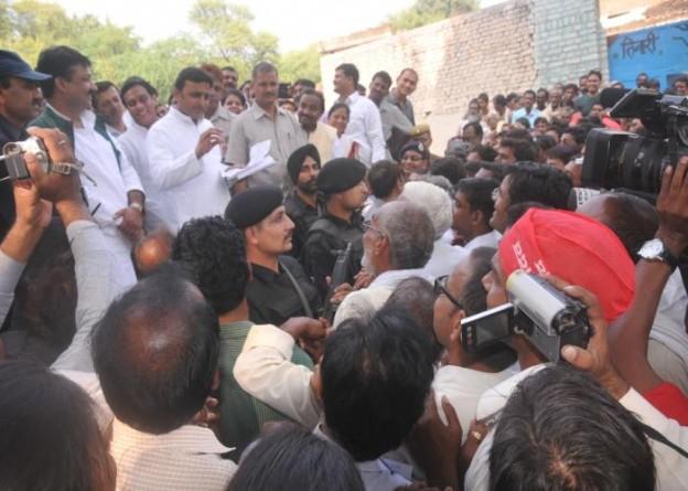 27 अक्टूबर, 2014 को जनपद झांसी के लोहिया ग्राम खड़ौरा में उपस्थित जनसमुदाय को सम्बोधित करते हुए उत्तर प्रदेश के मुख्यमंत्री श्री अखिलेश यादव।