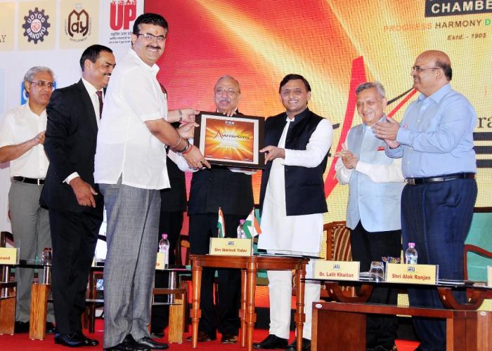 मुख्यमंत्री श्री अखिलेश यादव 23 अगस्त, 2016 को लखनऊ में यूपीडा के मुख्य कार्यपालक अधिकारी श्री नवनीत सहगल को एक्ज़ीक्यूटिव आॅफ दी ईयर पुरस्कार प्रदान करते हुए।