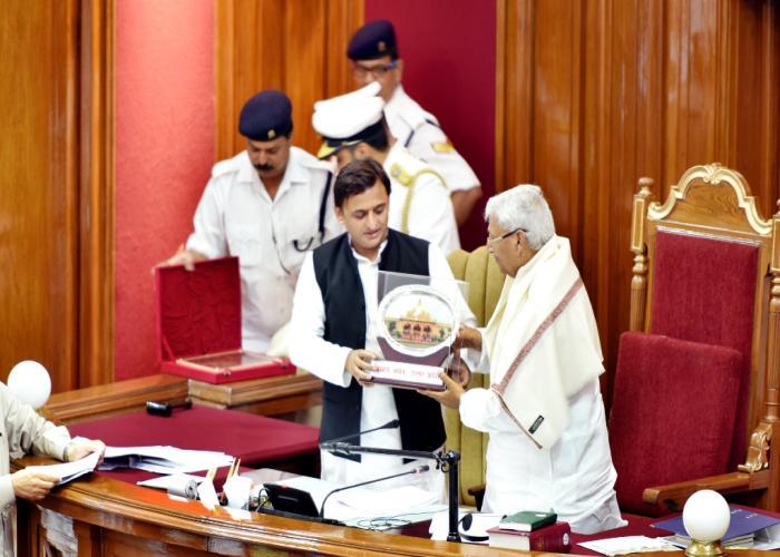 मुख्यमंत्री श्री अखिलेश यादव 31 अगस्त, 2016 को विधान सभा में 25 वर्ष पूर्ण करने पर विधान सभा अध्यक्ष श्री माता प्रसाद पाण्डेय को सम्मानित करते हुए।