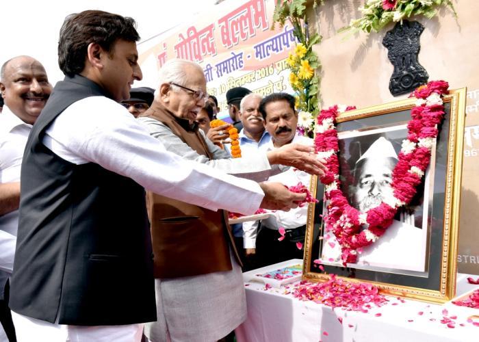 राज्यपाल व मुख्यमंत्री मुख्यमंत्री श्री अखिलेश यादव 10 सितम्बर, 2016 को लखनऊ में भारत रत्न पं0 गोविन्द बल्लभ पंत की जयन्ती के अवसर पर उनके चित्र पर पुष्पांजलि अर्पित करते हुए।