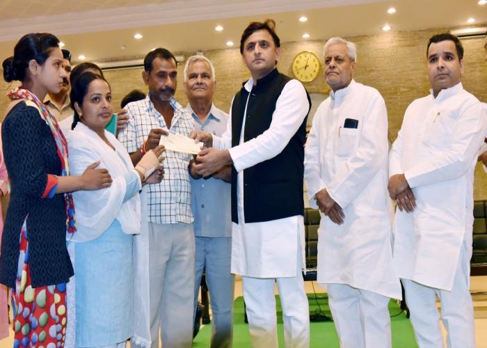 मुख्यमंत्री श्री अखिलेश यादव दिनांक 14 सितम्बर, 2016 को लखनऊ में दिवंगत कम्प्यूटर अनुदेशक के परिजनों को आर्थिक सहायता का चेक प्रदान करते हुए।