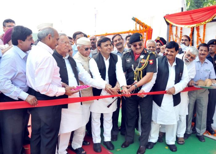 4 नवम्बर, 2014 को मुख्यमंत्री श्री अखिलेश यादव लखनऊ में निर्मित 04 लेन रेल उपरिगामी सेतु तथा एलीवेटेड रोड का फीता काट कर उद्घाटन करते हुए।