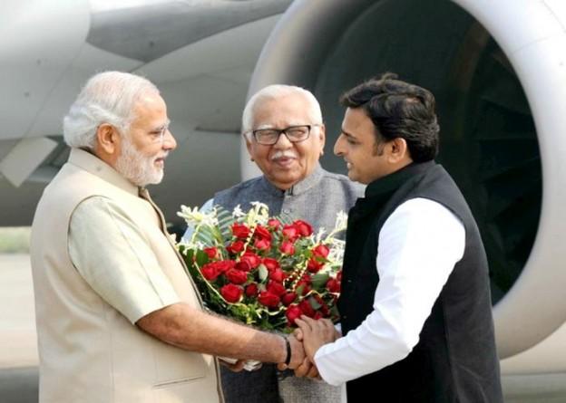 उत्तर प्रदेश के राज्यपाल एवं मुख्यमंत्री श्री अखिलेश यादव 7 नवम्बर, 2014 को प्रधानमंत्री श्री नरेन्द्र मोदी का वाराणसी हवाई अड्डे पर स्वागत करते हुए।