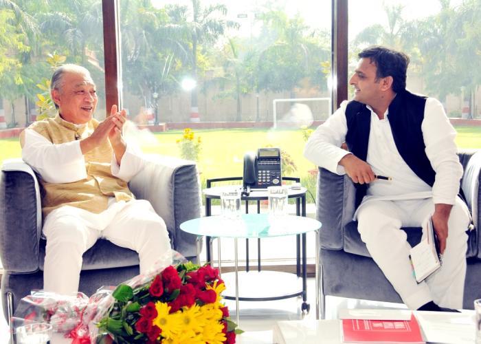 18 नवम्बर, 2014 को उत्तर प्रदेश के मुख्यमंत्री श्री अखिलेश यादव से उनके सरकारी आवास पर निपाॅन फाउण्डेशन के चेयरमैन श्री योहेई सासाकावा भेंट करते हुए।