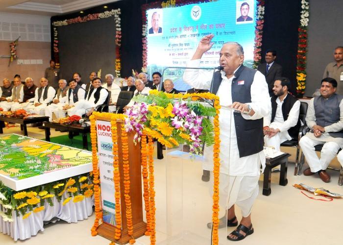 23 नवम्बर, 2014 को श्री मुलायम सिंह यादव 5 कालिदास मार्ग, लखनऊ में आयोजित आगरालखनऊ एक्सप्रेसवे शिलान्यास कार्यक्रम को सम्बोधित करते हुए।