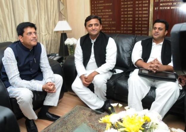 03 दिसम्बर, 2014 को उत्तर प्रदेश के मुख्यमंत्री श्री अखिलेश यादव नई दिल्ली में केन्द्रीय ऊर्जा एवं कोयला राज्यमंत्री स्वतंत्र प्रभार श्री पीयूष गोयल से विचारविमर्श करते हुए।