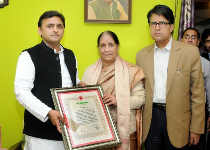 3 दिसम्बर, 2014 को उत्तर प्रदेश के मुख्यमंत्री श्री अखिलेश यादव नई दिल्ली में स्व0 मस्तराम कपूर की पत्नी श्रीमती हेमलता कपूर को स्व0 मस्तराम कपूर का यश भारती सम्मान प्रदान करते हुए।