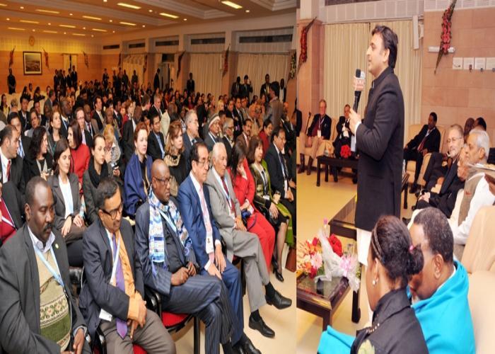 मुख्यमंत्री श्री अखिलेश यादव 13 दिसम्बर, 2014 को अपने सरकारी आवास पर विभिन्न देशों से आए मुख्य न्यायाधीशों को सम्बोधित करते हुए।