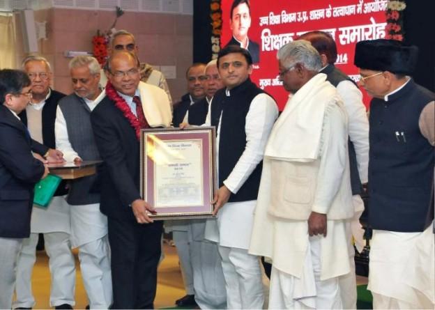 20 दिसम्बर, 2014 को मुख्यमंत्री श्री अखिलेश यादव अपने सरकारी आवास पर प्रो0 मुन्ना सिंह को 'सरस्वती सम्मान' प्रदान करते हुए।